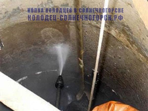 очистка стенок колодца водой под давлением